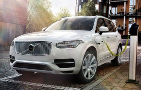 Photo de l'extérieur de la Volvo XC90 2016, durant la charge des batteries.